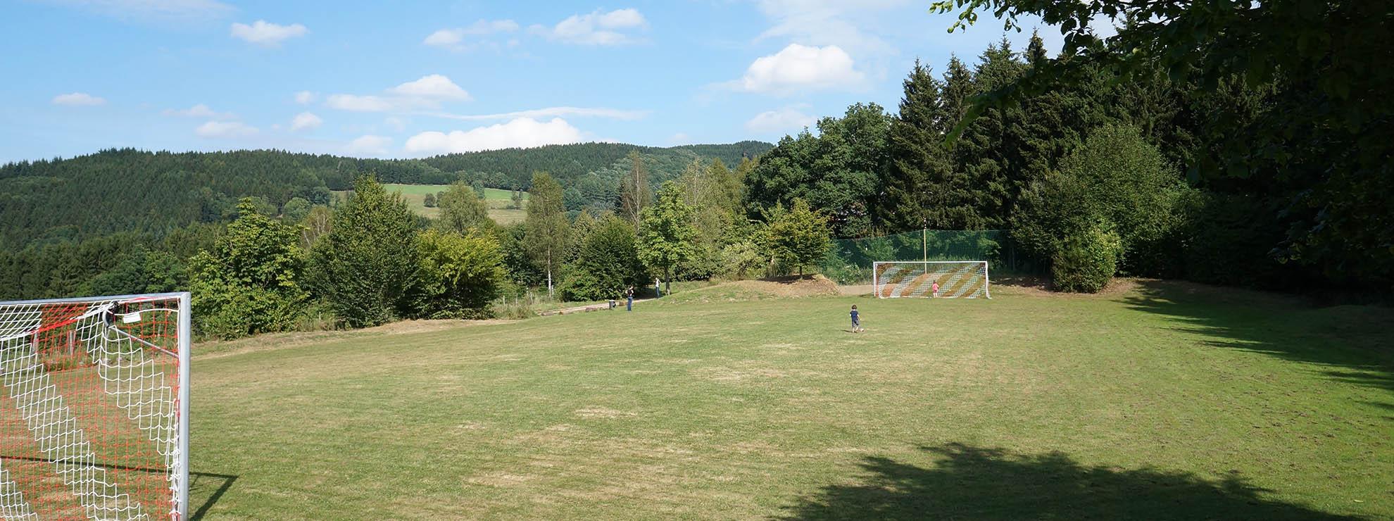 Eigener Rasenplatz direkt am Hotel - für Ihr Trainingslager im Sauerland